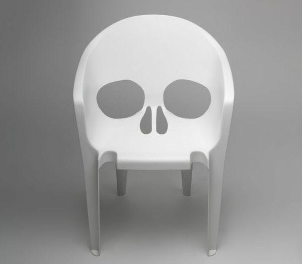 une chaise design originale avec crane