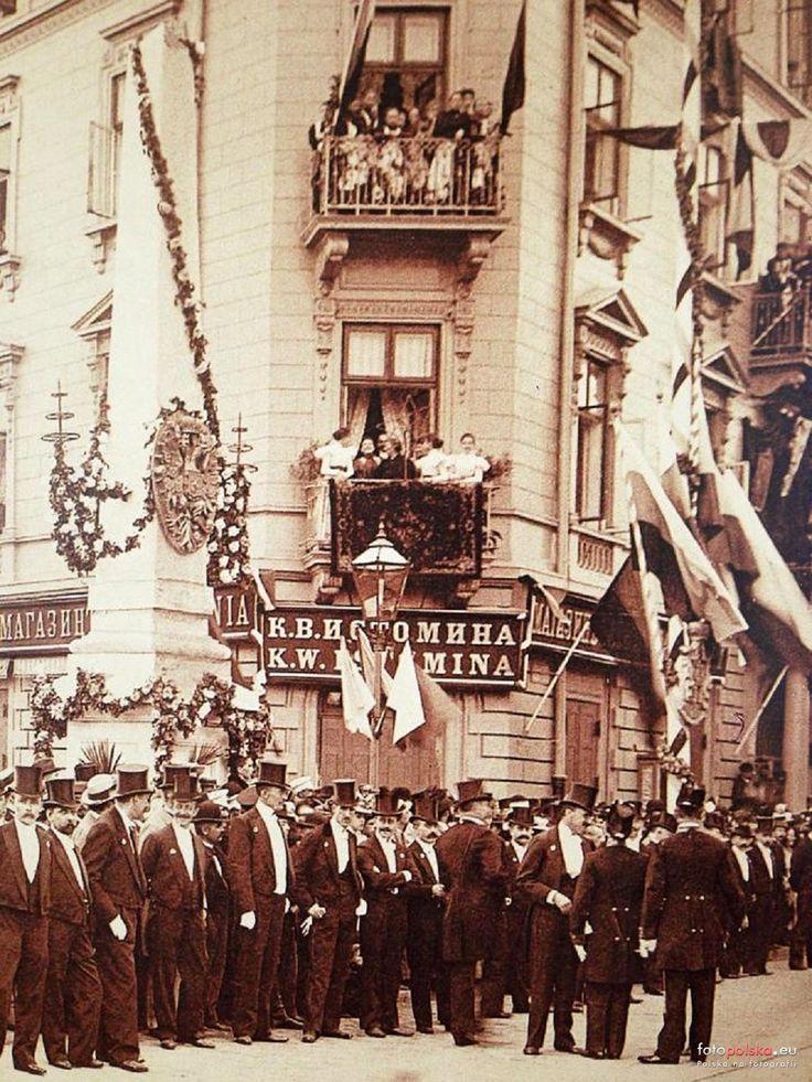 1897 , Fragment nieistniejącej kamienicy Istomina przy skrzyżowaniu Al. Jerozolimskich z Nowym Światem. Zdjęcie wykonane podczas przejazdu cara Mikołaja II. Źródło: Warszawskie ulice na FB