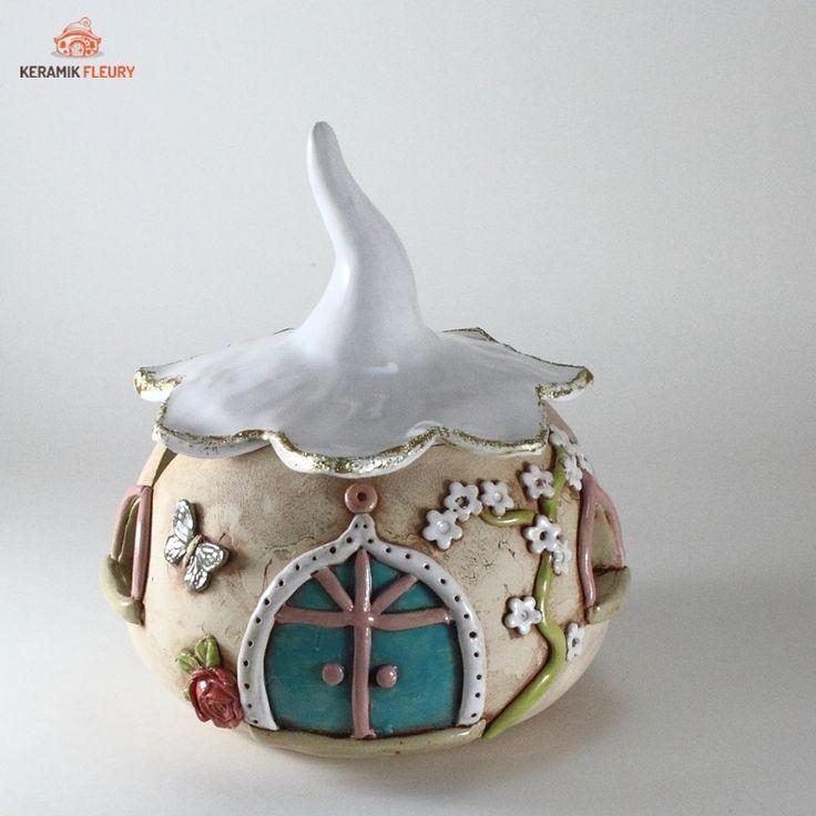 Das Wichtel - Strickhaus ist als Strickhilfe nicht nur ein wirklich nützlicher Helfer, sondern auch noch sehr dekorativ. Die Wolle verschwindet im Inneren des Häuschens. Nachschub lässt sich durch das abnehmbare Dach einlegen. Durch sein Gewicht steht das Häuschen fest. Wer strickt oder häckelt braucht unbedingt so eine Garnschale. Der Faden kann durch die Fenster und das Mausloch (nur bei einigen Garnschalen) geführt werden. Die Garnschale steht durch ihr Eigengewicht fest und verrutscht…