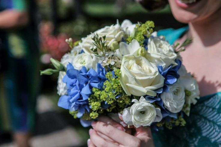 Blue and green wedding bouquet. Photo credit: http://www.pinterest.com/tzutzu75/