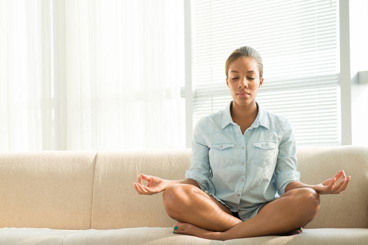 Meditar pode trazer muitos benefícios para quem pratica, mas começar pode ser um pouco complicado. Conheça a meditação guiada e suas…