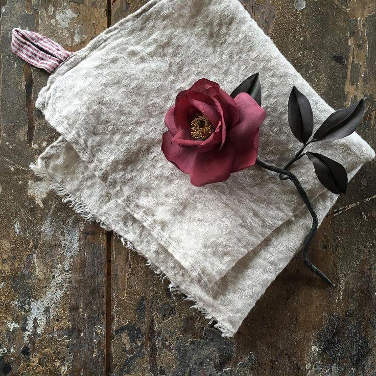 椿。 椿といえばシャンプー、、、CMの歌が頭の中をぐるぐる #flower#flowers#flowerarrangement#art#antique#photograph#interior#rose#simple#handmade#handwork#bouquet#madeinjapan#japanmade#布花#手仕事#椿#和#和モダン