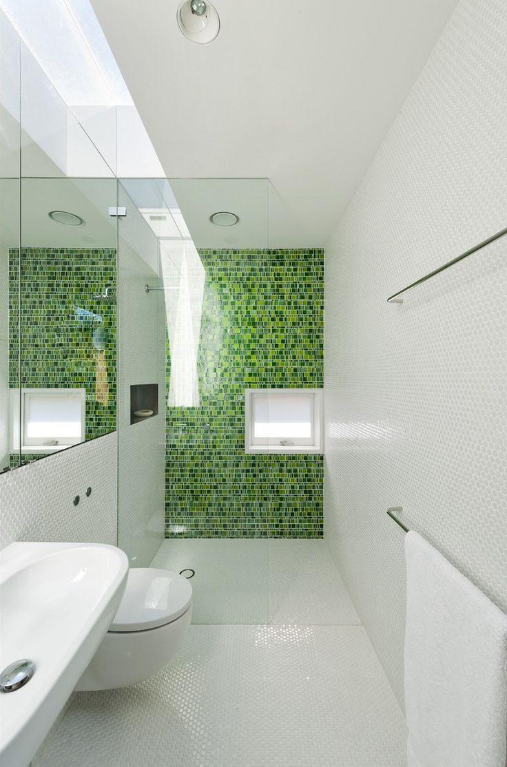 Hostinsk koupelna je obloen blou a zelenou