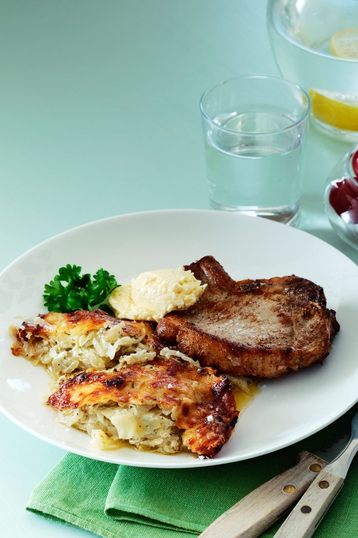Försvinnande god vitkålsgratäng som avnjutes med en saftig fläskkotlett och parmesansmör! En riktigt trevlig och prisvärd LCHF-måltid!