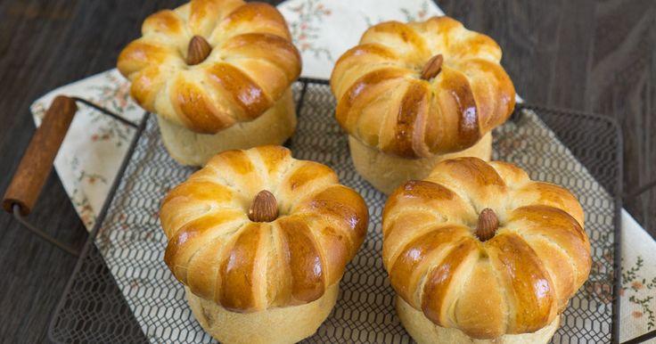 キノコみたいな形のマロンクリームを巻き込んだアーモンドクラウンパン。