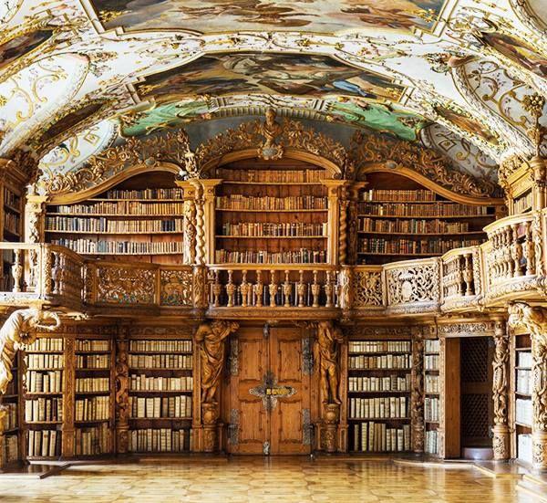La parete di fondo del salone della biblioteca dell'Abbazia Cistercense delle monache di Waldsassen, fondata in Germania nel 1133. Foto del fotografo tedesco Reinhard Görner