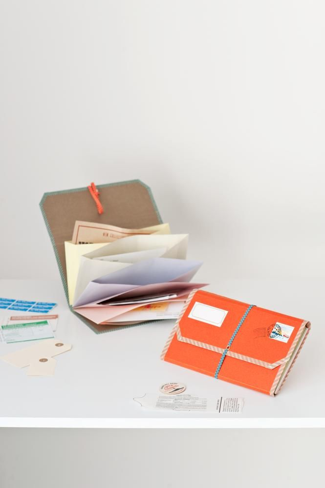 色違いの封筒を仕分けポケットにしたコンパクトな書類ファイル。雑誌の切り抜きや覚え書きの一時保管、身の回りのこまごまとしたものの整理整頓にぴったりです。/手作り文房具(「はんど&はあと」2013年8月号)