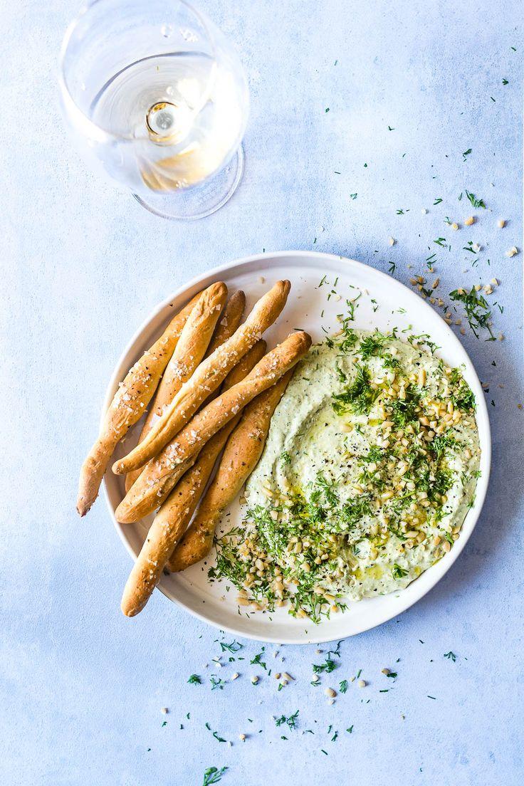 Hummus med spinat, feta og pinjekerner