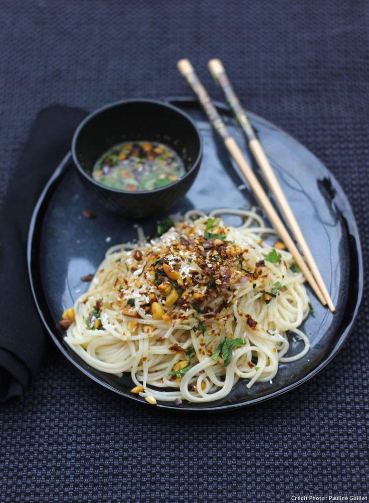 Salade de nouilles aux cacahuètes et sauce asiatique