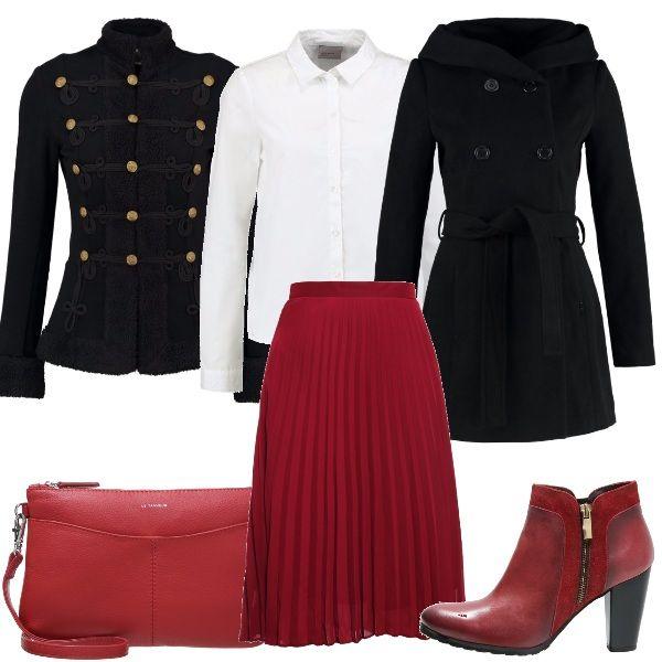 Outfit trendy con i must di stagione: gonna a pieghe rossa abbinata a camicetta bianca e giacca in stile militare. Cappottino nero, tronchetto rosso e pochette rossa.