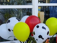 Globos de vaca hechos a mano con marcador indeleble. Party Design: Granja