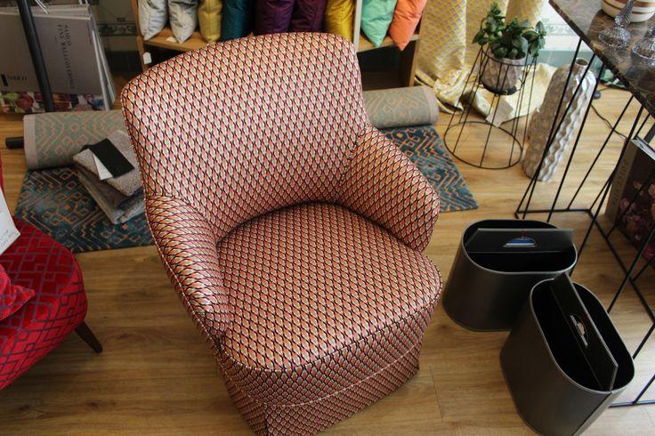 Kleiner Sessel mit Schabracke. Stoff DEDAR Serpentino Orangecko