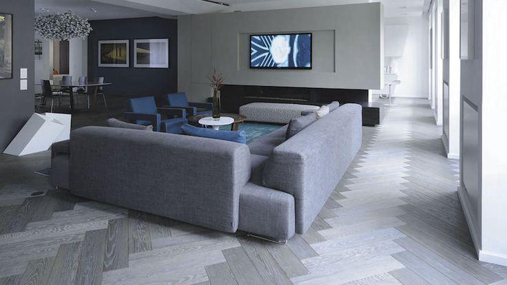 parquet flottant gris à bâtons rompus et meubles assortis dans le salon