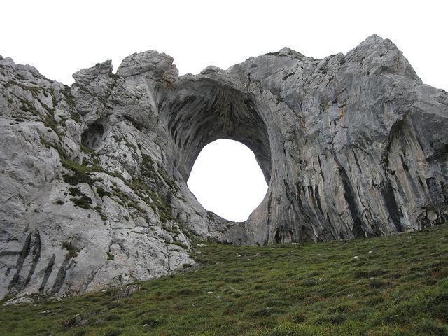 VerParte 1 9.Dos playas tierra adentro (Gulpiyuri y Cobijeru) La primera de ellas se llama Gulpiyuri.una playa que curiosamente, se encuentra tierra adentro y entre verdes prados . La explicación es que en una costa de acantilados de origen karst, el mar supo cavar una cueva hacia el interior, al mismo tiempo que un hundimiento …