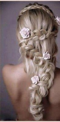 Peinado de trenzas con flores de laura