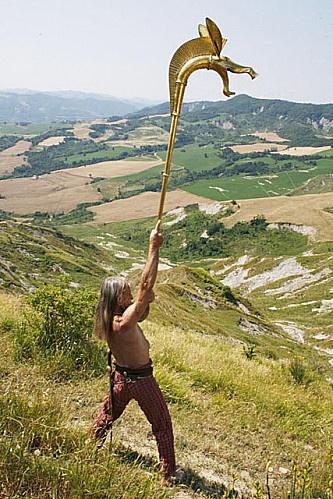 carnyx, trompette de guerre celte au son rauque et puissant.- ANNEE 52 av JC,  Révolte de Vercingétorix, 1) Début de REVOLTE ET DESTRUCTION D'AVARICUM, 6: César se rend en Gaule transalpine immédiatement à la tête de nouvelles recrues, et organise la défense autour de Narbo Martius, chez les Volques Arécomiques, les Tolosates et les Rutènes de la province romaine, ainsi que chez les Helviens, où il unit ses troupes.