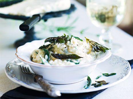 Både gorgonzolan och risotton kommer från norra Italien, och självklart blir det ett bra giftermål. En spännande smakbrytning till den smakrika osten är färsk salvia.