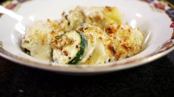 Voor wie het graag 'veggie' houdt, is dit een smakelijke groenteschotel. Maar het gerecht is ook geschikt als originele garnituur bij een stukje vlees of kip. Je kunt de ovenschotel gemakkelijk op voorhand klaarmaken, al is het best om de Béchamelsaus met kaas pas vlak voor het serveren te bereiden. De Italiaanse Taleggio is de perfecte kaas die wegsmelt in de saus. Mocht je die toch niet te pakken krijgen, dan kies je voor een andere aromatische halfzachte kaas.