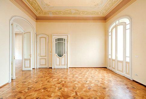 L'epoca dei grandi spazi L'ingresso: da  notare gli infissi interni rinnovati, l'affresco a soffitto riprogettato e il parquet a intarsio