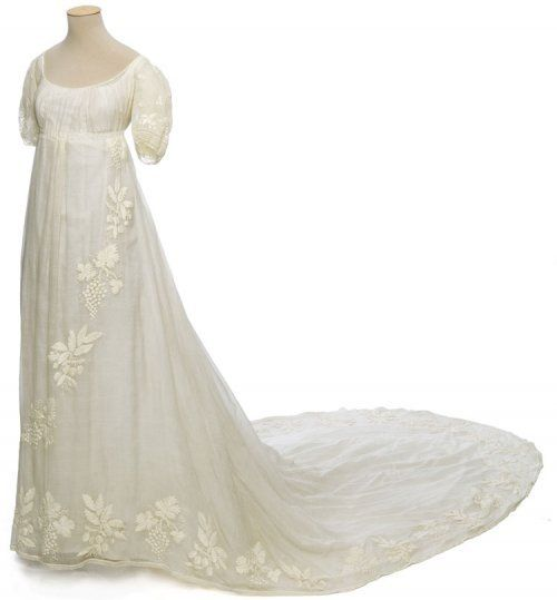 Wedding dress, France, circa 1810 Mousseline de coton, broderie de coton aux points lancé et de nœud Cotton muslin, cotton embroidery stitches and knot