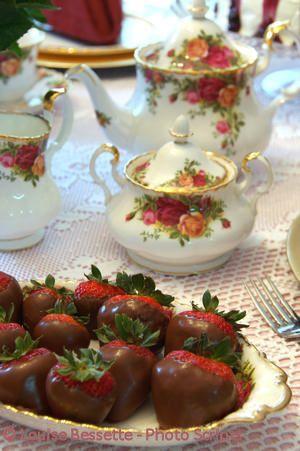 tè speciale pomeriggio con rose impostazioni di porcellana e fragole ricoperte di cioccolato