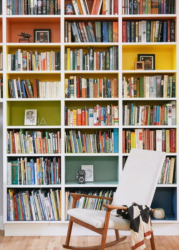 Peindre l'intérieur des cases des sa bibliothèque ! #dccv #bibliothèque #deco #design #color