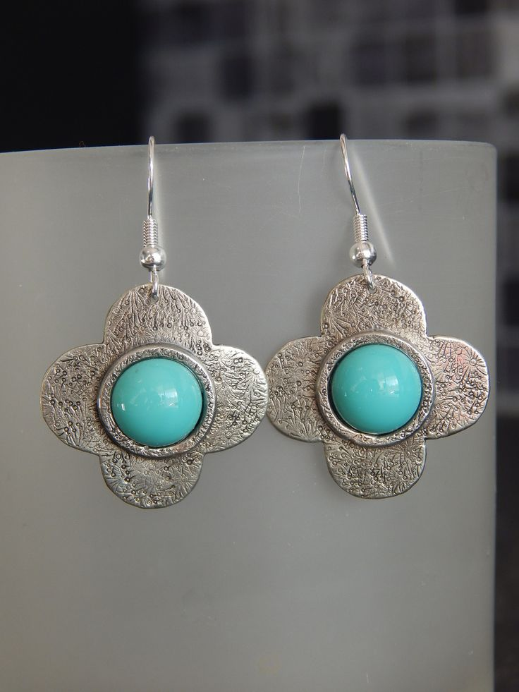 """Boucles d'oreille """"P'tite Capucine"""" argentées cabochon turquoise : Boucles d'oreille par bijou-lie"""