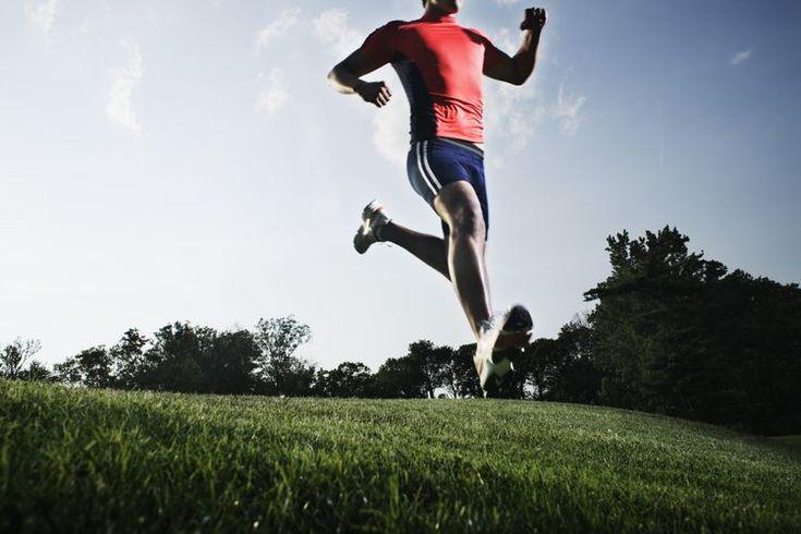 Causas del dolor de pantorrilla tras correr. Si las piernas te duelen inmediatamente después de correr, es una buena señal que necesitas corregir tu forma de correr. Una forma pobre y zapatillas malas puede causar que impactes las áreas erróneas de los pies con cada paso, poniendo una tensión en ...