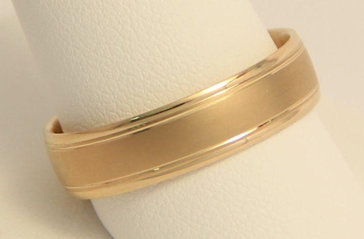Argolla de Matrimonio en oro amarillo de 14K. Corte clásico en acabado combinado. 6 gr. 6 mm de ancho.