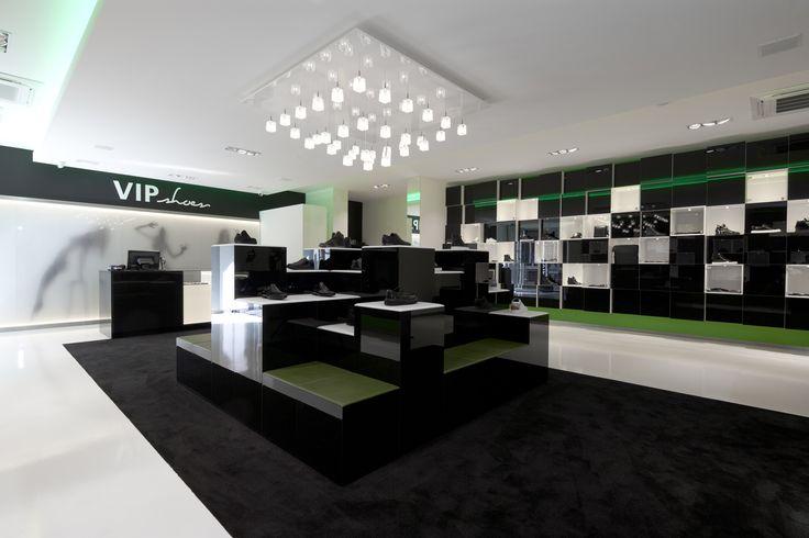 VIP shoes Roermond, uitgevoerd in zwart en wit Acryl, coating vloer met zwart tapijt en LED in accentkleur groen