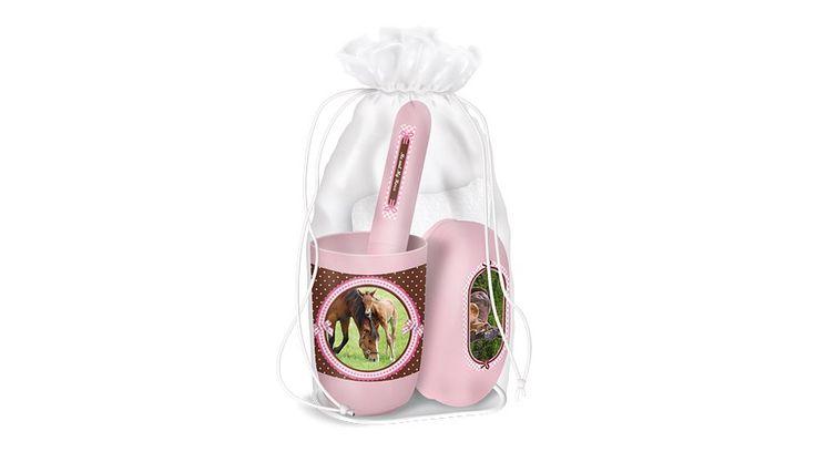 My Horse Lovas tisztasági csomag - Tisztasági csomagok, Uzsonnás dobozok és zacskók, Kulacsok - Nebuló Tanszeráruház. Tisztasági csomag, ami megfelel az iskolai követelményeknek. Összehúzható zsinóros átlátszó műanyag zsákban. Tartalma: műanyag pohár, szappantartó, fogkefetartó, kéztörlő. Méret:125x240x90 mm.