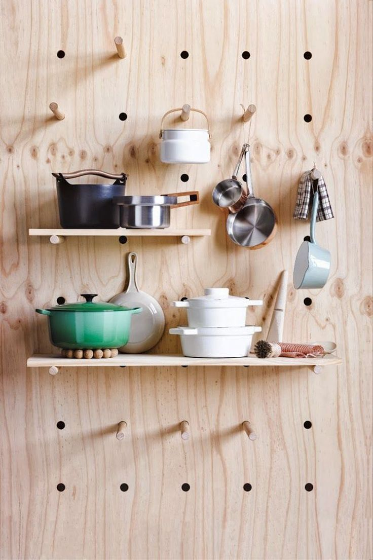 Em questão de organização, pegboards são ótimas soluções, ainda mais quando se trata de espaços pequenos. Esse de madeira serve de suporte para utensílios da cozinha.