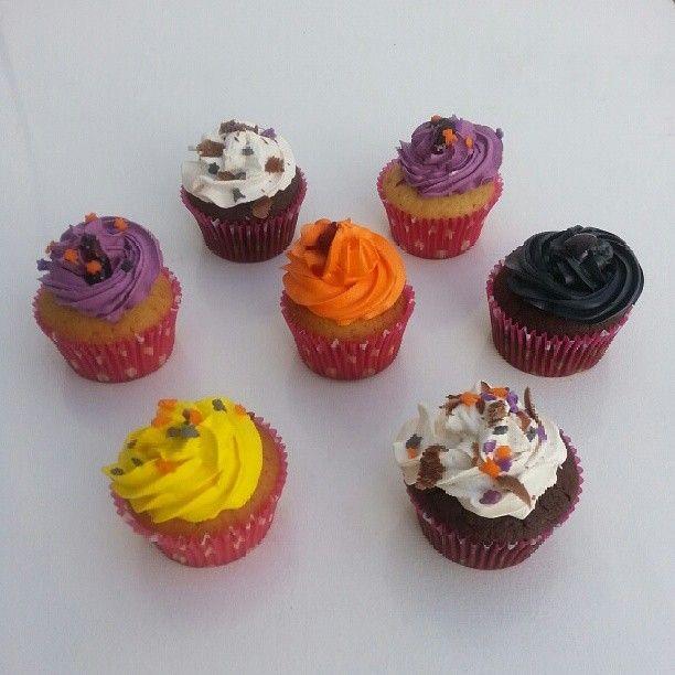 Triqui Triqui Halloween! ¡Quiero #Cupcakes para mí! - Llámanos y pídelos en #SoSweet #PasteleriaSoSweet #Bogota 317 657 5271 (1) 625 1684 o visítanos en #Cedritos en la Cra 11 No. 138 - 18. Síguenos también en Facebook.com/PasteleriaSoSweet en Twitter: www. twitter.com/sosweetchef en Pinterest: www.pinterest.com/sosweetcol e Instagram: @PasteleriaSoSweet