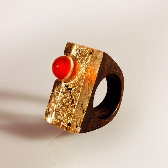 anello da sera di design, gioiello pregiato, pezzo unico, in legno ebano e resina di vetro organico, con foglia oro e pietra dura, per lei