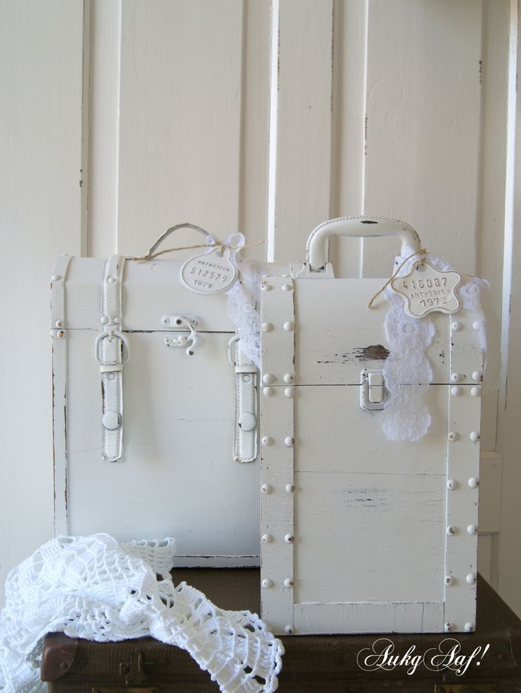 Brocante witte koffers met kantje / Vintage white suitcases with lace - AukgAaf!