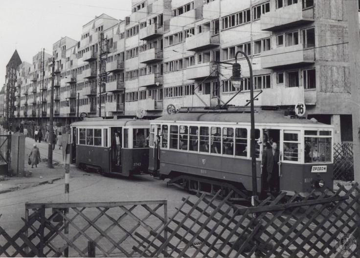 Budowa bloków po wschodniej stronie Nowego Targu. Budynki powstały na początku lat 60. wg proj. Ryszarda Natusiewicza, Włodzimierza Czerechowskiego oraz Anny i Jerzego Tarnawskich. W tle wieża hali targowej.