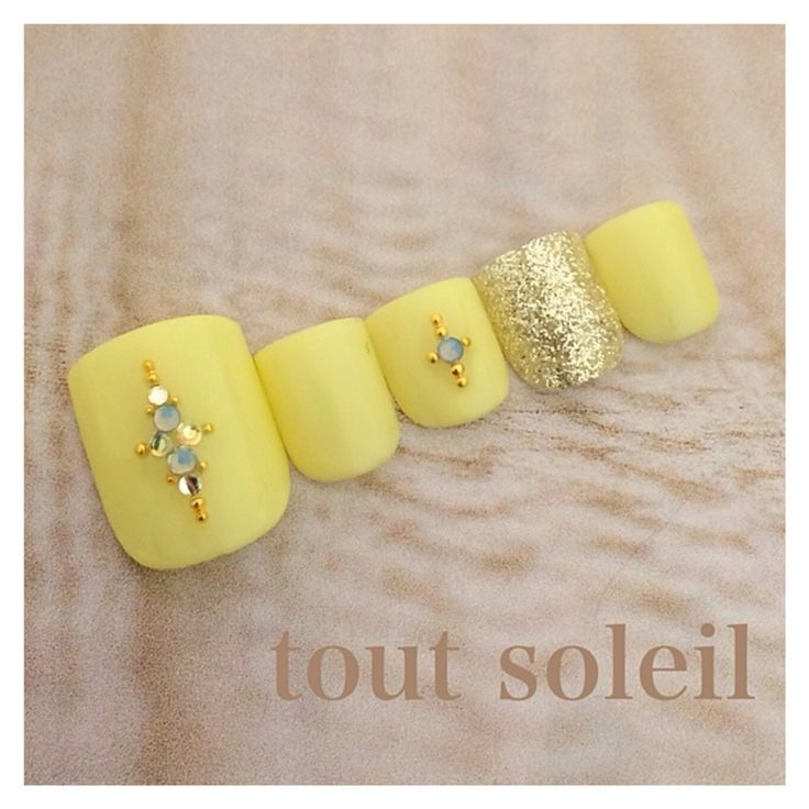 Yellow with glitter accent #pedi #shortnails