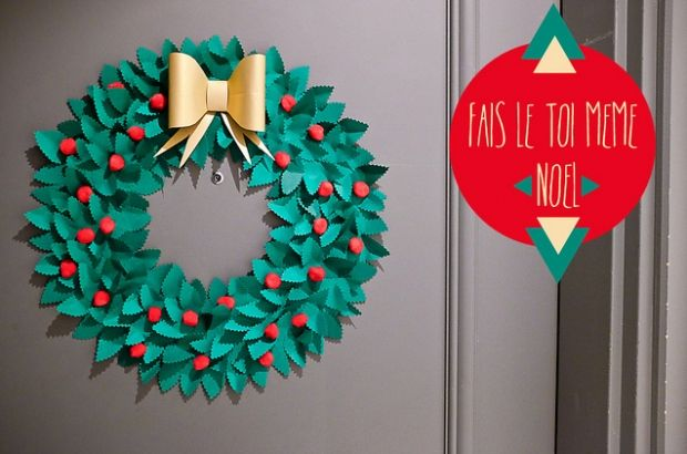 Une couronne de Noël en papier. Une couronne simple mais efficace, en papier et pompons. A fabriquer avec petits et grands grâce au tutoriel disponible sur le blog Fais le toi-même
