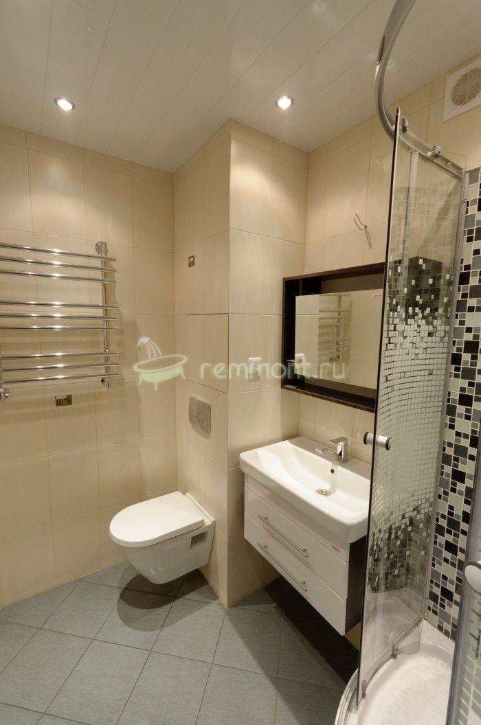 Общий вид новой ванной комнаты, светлая плитка Нефрит