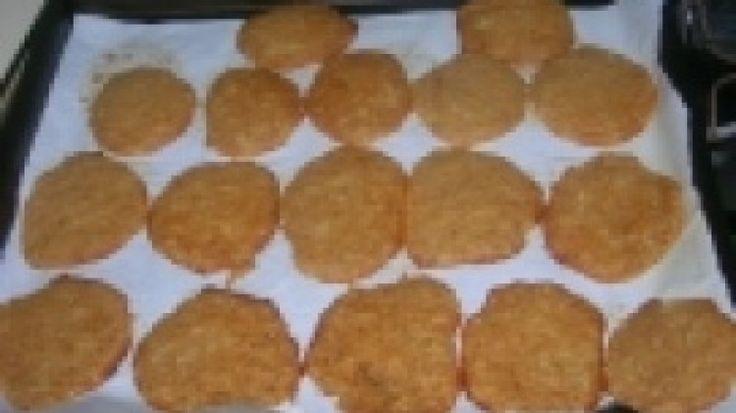 (Contiene zucchero) Ricetta Biscotti alla salsa di mele: Sbucciate le mele, privatele del torsolo e tagliatele a pezzettini. Cuocete le mele in acqua in una pentola coperta e con la fiamma al minimo finché sono disfatte, quindi riducete tutto in purè. Nel frattempo mescolate margarina e zucchero fin