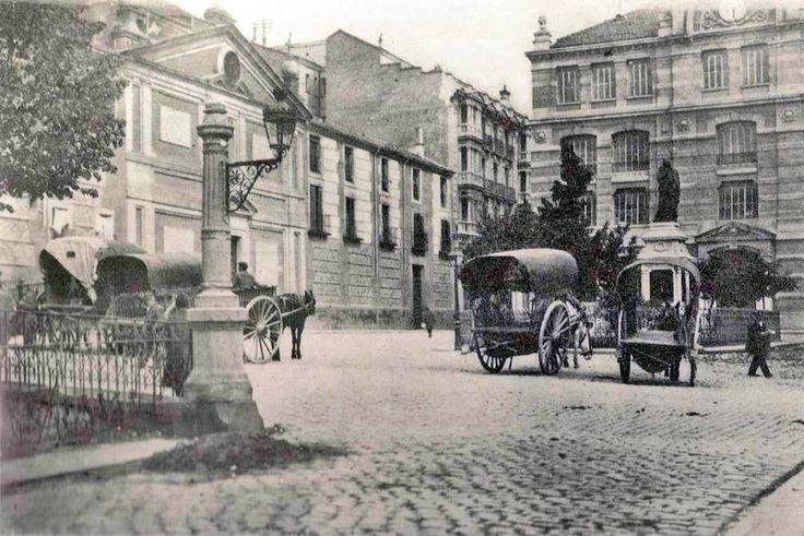 Plaza de las Descalzas Reales, 1920. Entonces aquí se alquilaban carros para mudanzas - Portal Fuenterrebollo