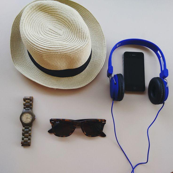 Tutto pronto per un altro weekend al mare! Voi come pensate di trascorrere i prossimi giorni che si preannunciano caldissimi? #summer #jordwatch @jordwoodwatches  #music #benetton #cool #accessories #travel #essentials @raybanofficial