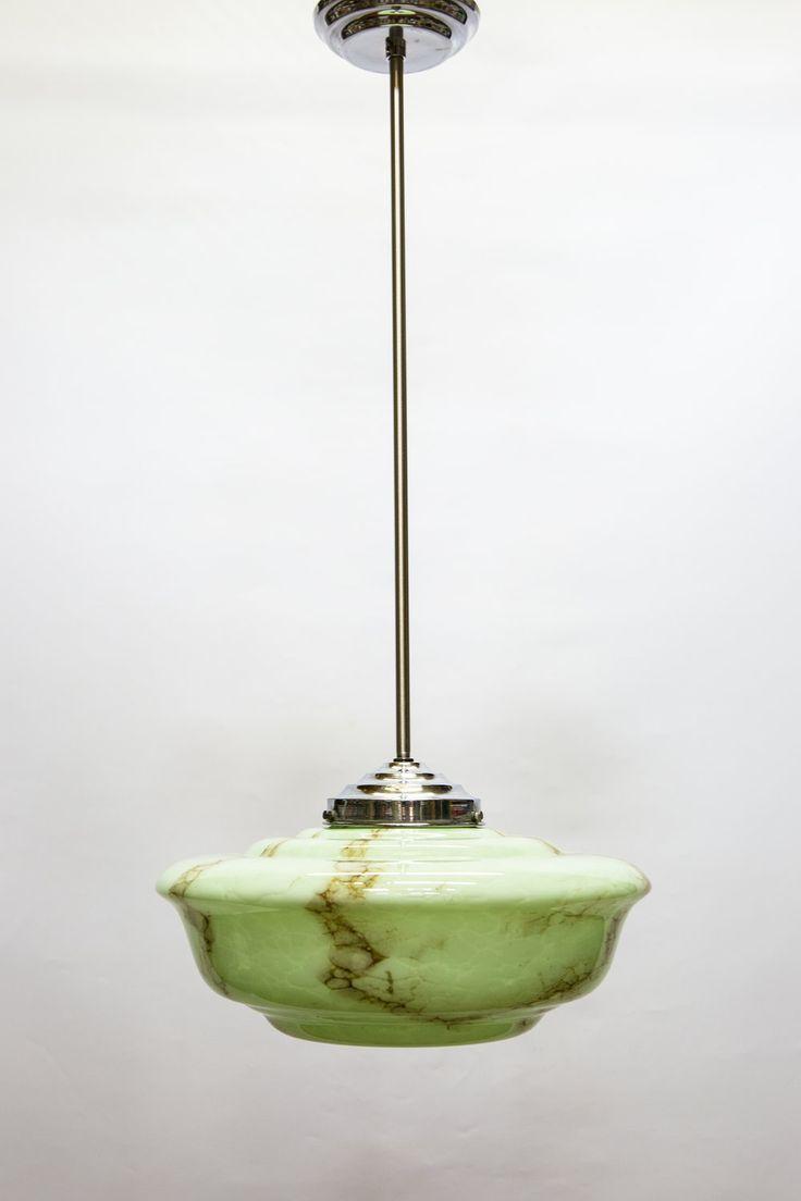 Antieke hanglamp. Chromen stang met groen gemarmerde kap van glas. Hanglamp dateert uit ongeveer 1940.