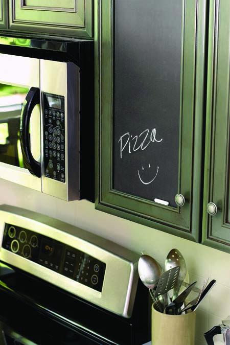 L'adhésif décoratif ardoise offre une surface noire qui permet d'écrire avec une craie ou les marqueurs Bistro. Les couleurs sont vives et l'écriture s'efface facilement avec un linge humide sans laisser de trace.