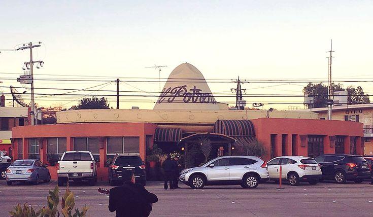 """El famoso restaurante del """"Sombrero Gigante"""". Un icono de #Tijuana. #BajaCalifornia #Tj #TijuanaMexico #México #Baja #BC #DescubreBC #DiscoverBaja #Mx #Summer #Verano #Amigos #Friends #Familia #Famili #MexicanFood #ComidaMexicana #BajaFoodLovers #Tacos #Sombrero #MéxicoMagico Descubre tu aventura este próximo verano en: www.venatijuana.com  Foto por yari_hg"""