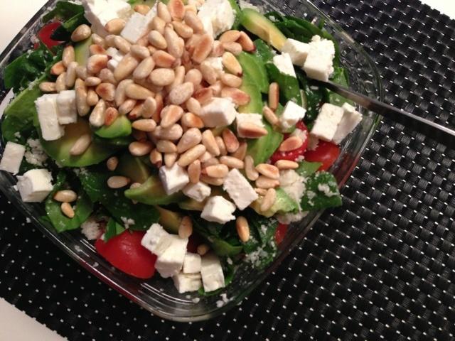 græsk salat med feta, avokado, tomat og blomkålsris