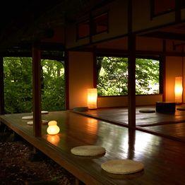 木々の緑に囲まれた日本家屋の茶屋。
