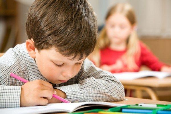 niños estudiando lecto escritura