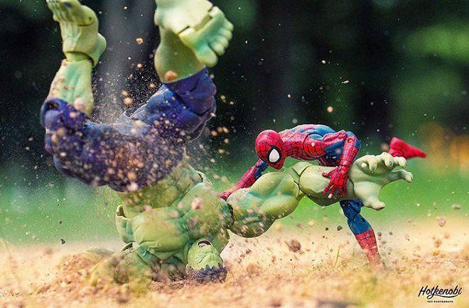 Grâce à son talent de photographe, il redonne une vie remplie d'actions et d'humour à ses figurines de superhéros... Et c'est super bien fait !