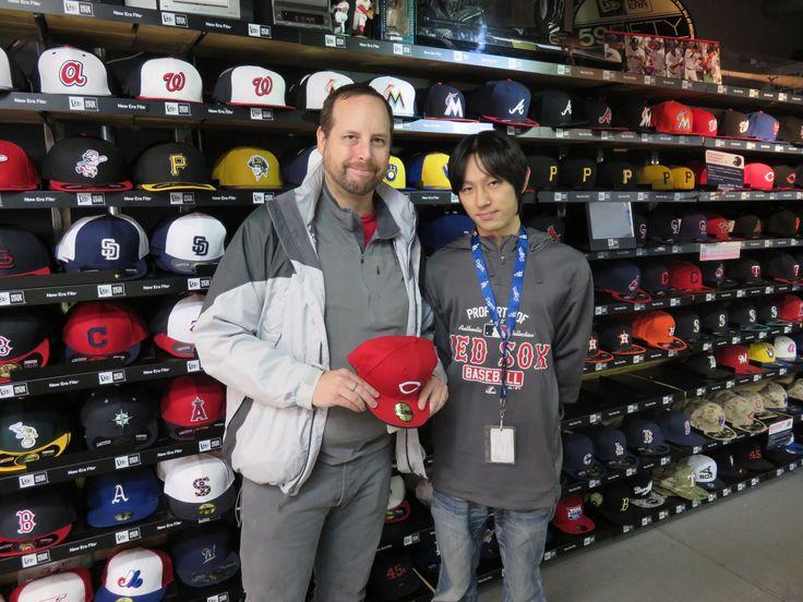 【新宿1号店】2014.11.18 テキサスからお越し頂きましたカープファンのお客様です。先日、行われた日米野球観戦に行かれたそうです。ぜひ、シーズンが開幕したらまた遊びに来て下さい!